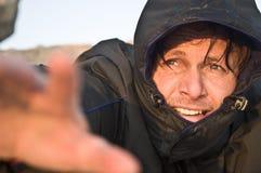 достижение мужчины альпиниста Стоковые Изображения