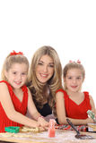 дочи печений украшая счастливый близнеца мамы Стоковые Фотографии RF