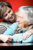 дочь ее обнимая мать Стоковая Фотография