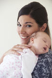 Дочь младенца матери прижимаясь спать Стоковые Изображения