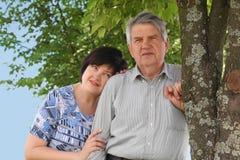 дочь обнимая его его старшее положение Стоковое Фото