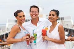 Друзья выпивая коктеили Стоковая Фотография