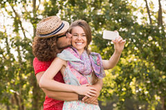 Друзья принимая selfie в парке Стоковые Изображения