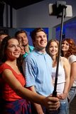Друзья при smartphone принимая selfie в клубе Стоковое фото RF