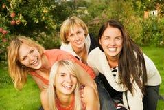 друзья собирают счастливое Стоковая Фотография