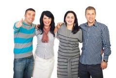 друзья дают смеясь над соединенные большие пальцы руки Стоковая Фотография RF