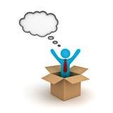 Думайте вне концепции коробки, бизнесмена стоя с оружиями широкими раскройте в открытой картонной коробке с пузырем мысли Стоковые Изображения