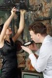 Дуновения человека удалять старая электрическая лампочка изменения показателя и женщины Стоковое фото RF