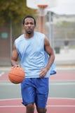 滴下球的蓝球运动员 免版税库存照片