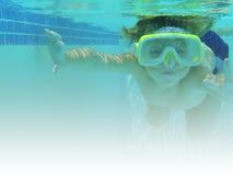 水下男孩的游泳 免版税库存图片