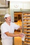 贝克在他的面包店 免版税库存图片
