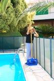 更加干净的池游泳 免版税图库摄影