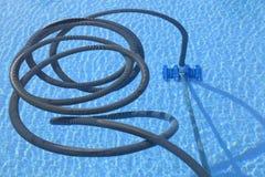 更加干净的池游泳 免版税库存图片