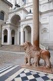 贝加莫-狮子和列从大教堂圣塔玛丽亚Maggiore的门户 库存图片