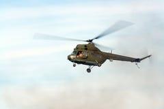 直升机盘旋 免版税库存图片
