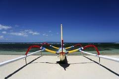 巴厘岛海滩小船捕鱼印度尼西亚sanur 库存照片