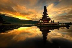 巴厘岛bratan danu pura寺庙ulun水 库存图片
