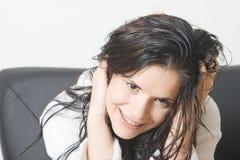 头发微笑的湿妇女 图库摄影