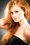 头发的纵向红色妇女 免版税库存图片