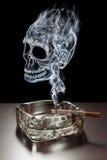 致命地抽烟 库存图片