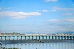 水坝和蓝天 免版税库存照片