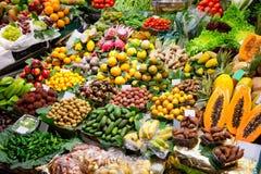 巴塞罗那boqueria显示水果市场 库存图片