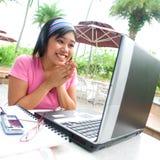 兴奋膝上型计算机学员年轻人 免版税库存照片