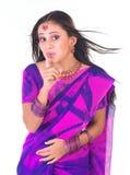 说女孩的印地安人静音少年 免版税库存照片