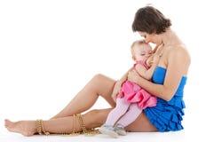婴孩乳房提供的女孩 免版税库存图片