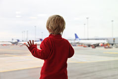 婴孩在机场 免版税库存照片