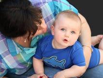 婴孩她母亲使用 免版税库存照片