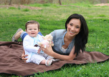 婴孩她的妈妈 库存照片