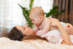 婴孩她的母亲甜点 库存图片