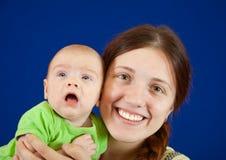 婴孩她的母亲 免版税库存图片