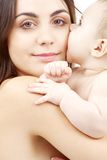 婴孩愉快的母亲纵向 免版税库存照片
