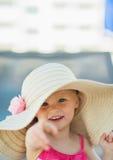 婴孩指向纵向的照相机帽子 免版税图库摄影