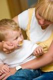 婴孩提供的母亲 免版税库存照片