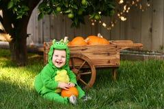 婴孩服装龙万圣节笑 免版税库存图片