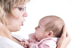 婴孩沟通的母亲 库存图片