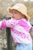 婴孩海滩逗人喜爱女孩使用 免版税库存照片