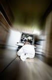 婴孩爬行的厨房 免版税库存照片