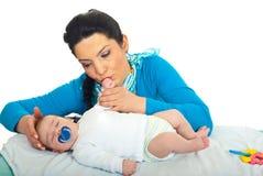 婴孩爱抚新出生她的母亲 图库摄影