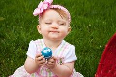 婴孩特写镜头复活节假笑 库存图片