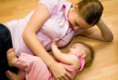 婴孩美丽的母亲 免版税库存图片
