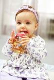 婴孩逗人喜爱喝 库存照片