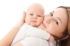 婴孩逗人喜爱的容忍他的小母亲 库存照片