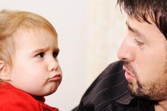 婴孩逗人喜爱的父亲 免版税库存图片