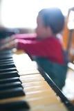婴孩钢琴使用 免版税库存图片