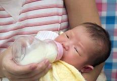 婴孩饮用的女孩牛奶 免版税库存图片