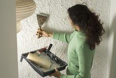 水平的绘画刮墙壁妇女 库存照片